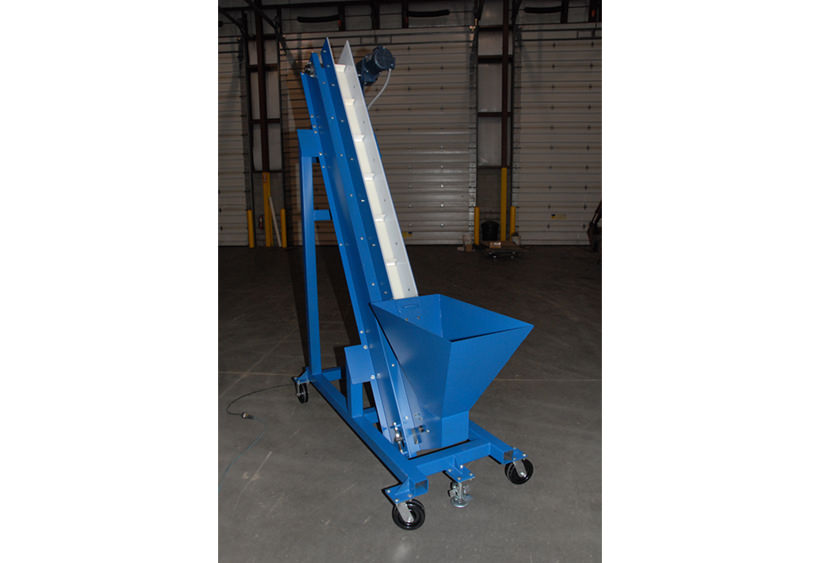 Cleated belt conveyor with hopper feed