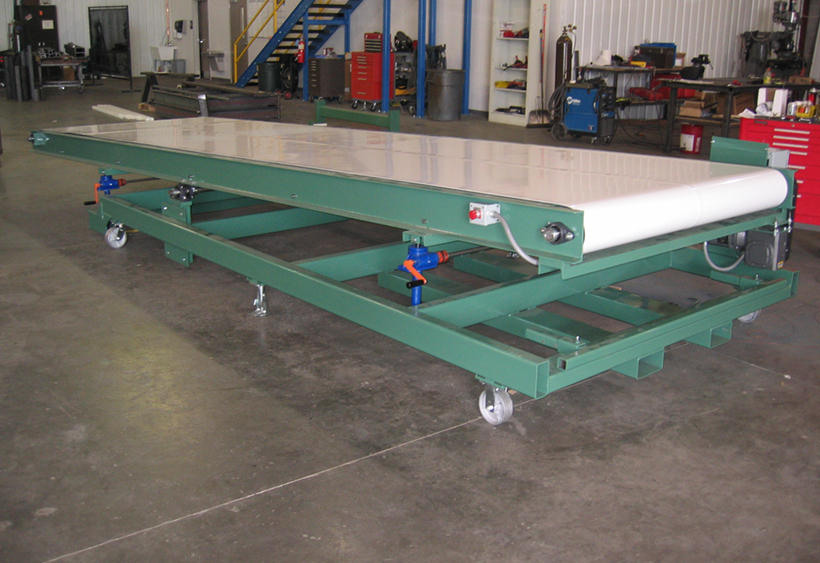 Large press belt conveyor with variable height adjustment at both ends