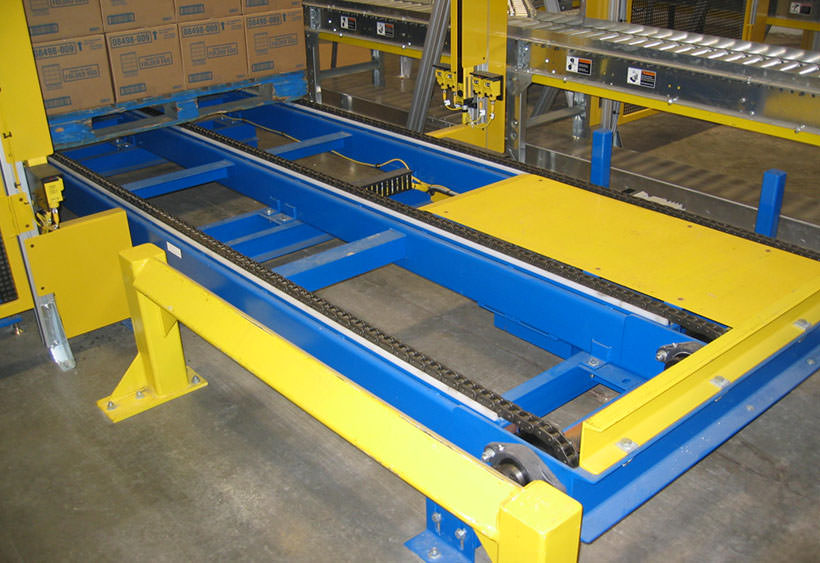 Robot palletize chain conveyor for wood pallet