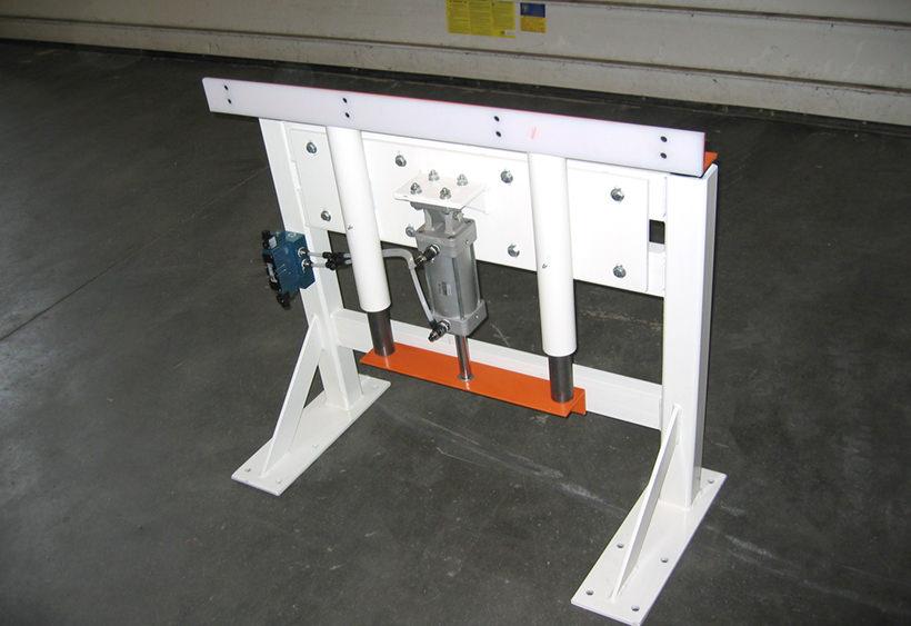 Pop-up blade stop floor mounted